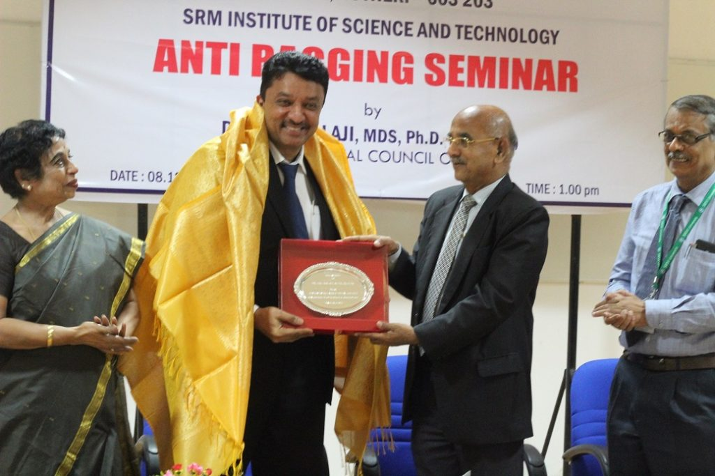 Dr Sethuraman presenting Dr Balaji with a memento to mark the occasion