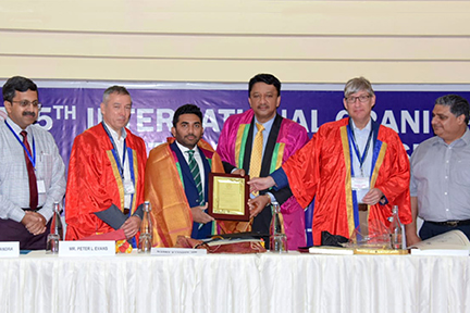 Dr SM Balaji presents minister with memento