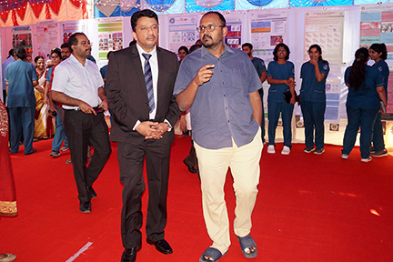 Dr SM Balaji sharing his views about the prize winning posters with Dr Deepak Nallaswamy